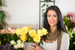 florist in flower shopの写真素材 [FYI00837522]