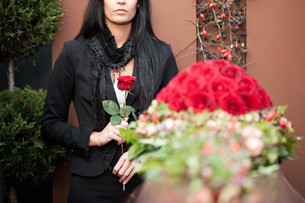 woman at funeral with coffinの素材 [FYI00837532]
