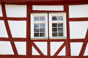 renovated facade of a historic half-timbered houseの写真素材 [FYI00837636]