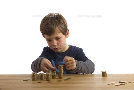 boy builds money towersの素材 [FYI00838517]