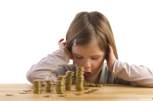girl is amazed about moneyの写真素材 [FYI00838548]