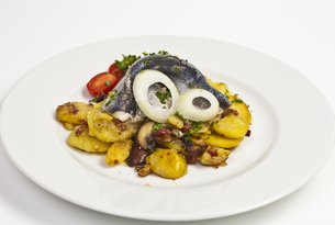 fried potatoes with herring fillet on plateの写真素材 [FYI00839309]