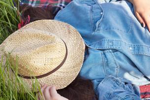 young girl asleep with sunhatの写真素材 [FYI00839730]