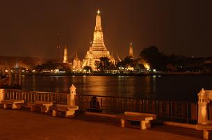 wat arun in bangkok at nightの写真素材 [FYI00839828]