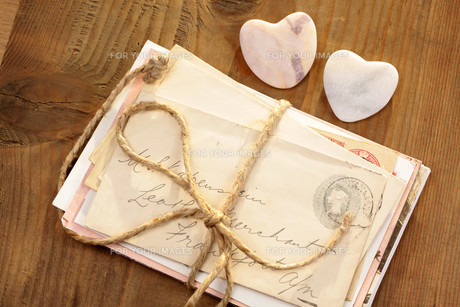 stone hearts and letter bundlesの写真素材 [FYI00839887]