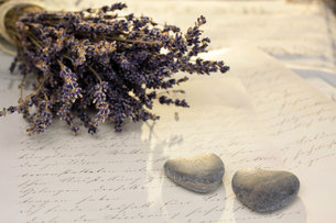 stone hearts and lavenderの写真素材 [FYI00839922]