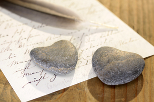 stone heart on old letterの写真素材 [FYI00839959]