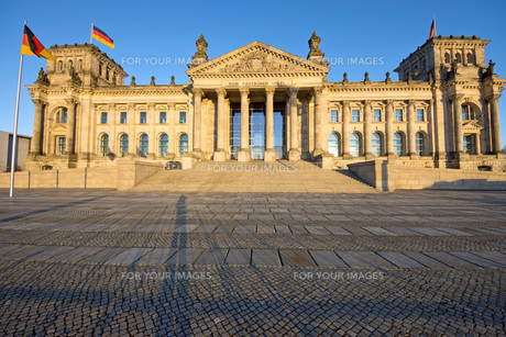the reichstag in the evening sunの写真素材 [FYI00839977]