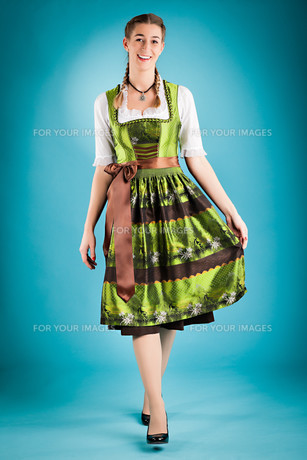 young woman in traditional dirndl dress orの写真素材 [FYI00840081]