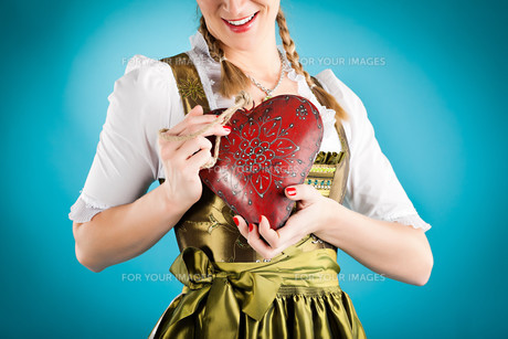 young woman in traditional dirndl dress orの写真素材 [FYI00840109]