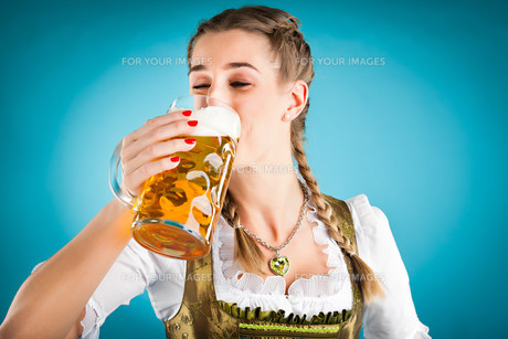young woman in traditional dirndl or costume young woman in traditional diの写真素材 [FYI00840113]