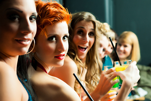 women in a club or a disco with cocktailsの写真素材 [FYI00840164]