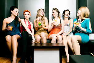 women in a club or a disco with cocktailsの写真素材 [FYI00840174]