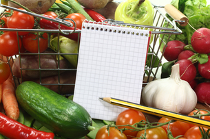 shopping list with basket and vegetablesの写真素材 [FYI00840185]