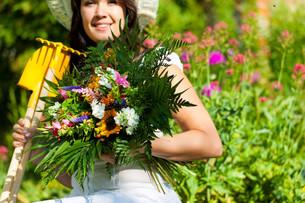 gardening in summer - woman with flowersの写真素材 [FYI00841118]