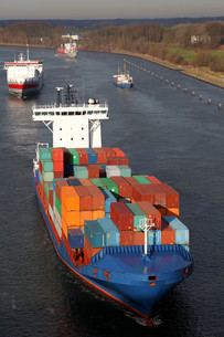 container ship on the kiel canal,germanyの写真素材 [FYI00841330]