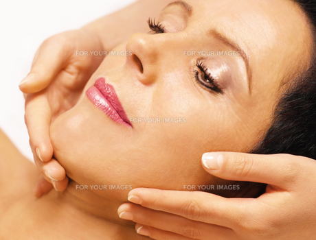 woman gets facial massageの写真素材 [FYI00841580]
