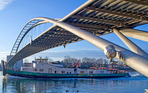 freighter under suspension bridgeの写真素材 [FYI00842042]