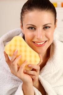 woman with spongeの写真素材 [FYI00842078]