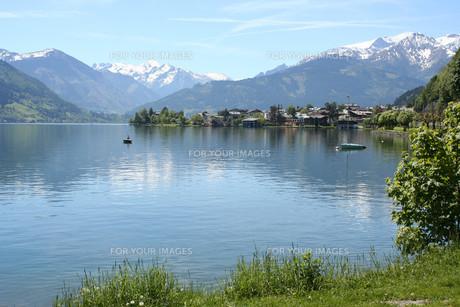 angler on lake zell in salzburgの写真素材 [FYI00842586]