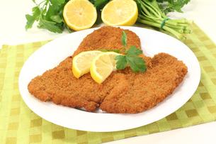 wiener schnitzel with lemonの写真素材 [FYI00843054]
