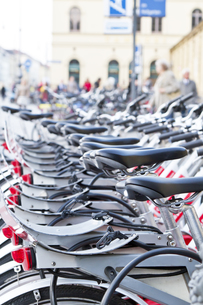 bicycle rental in munich downtownの写真素材 [FYI00843074]
