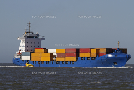 container ship with pilot boatの素材 [FYI00843182]