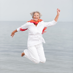 active senior on the beachの素材 [FYI00843438]
