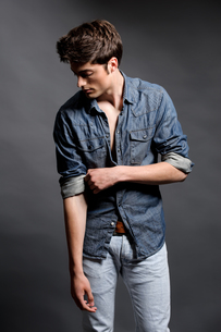 fashion shot of a young manの写真素材 [FYI00843446]