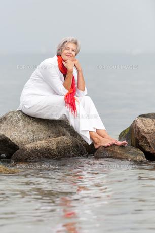 active senior on the beachの素材 [FYI00843459]