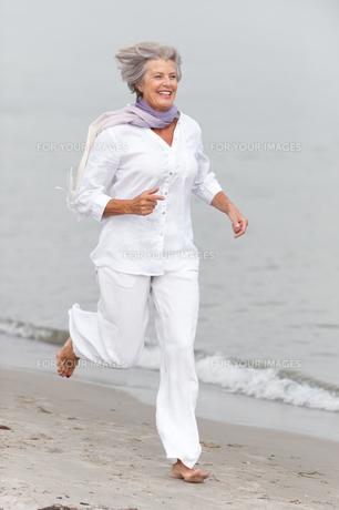 active senior on the beachの素材 [FYI00843472]
