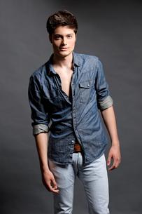 fashion shot of a young manの写真素材 [FYI00843494]