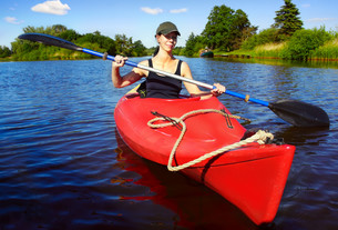 woman in paddle boat on a riverの写真素材 [FYI00843795]