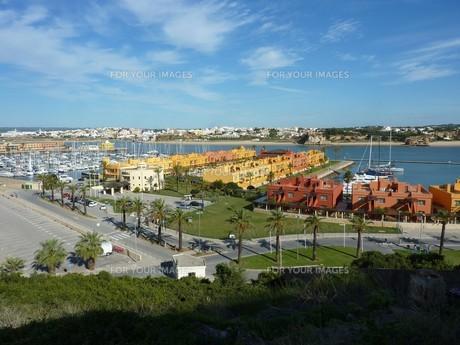 view from fortaleza to the marina,hotel and rio arade,praia da rocha,algarveの写真素材 [FYI00843850]
