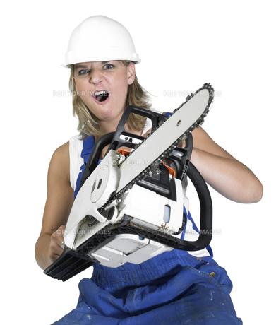 aggressive chain saw girlの写真素材 [FYI00844032]
