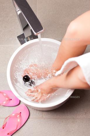 woman making a kneipp footbathの写真素材 [FYI00844165]