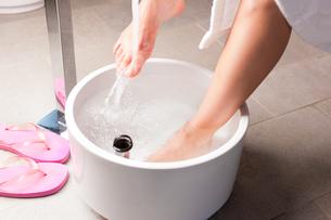 woman making a kneipp footbathの写真素材 [FYI00844184]