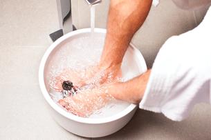 man making a kneipp footbathの写真素材 [FYI00844268]