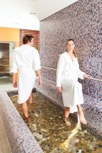 man and woman at wellness water treadingの写真素材 [FYI00844516]