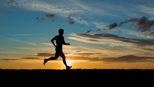 jogging in the sunsetの写真素材 [FYI00844527]