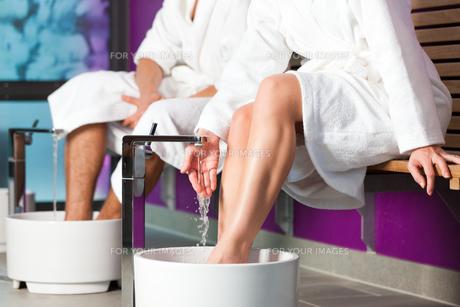 couple makes a kneipp footbathの写真素材 [FYI00844561]