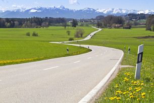highway with alpenblick in bavariaの写真素材 [FYI00844920]