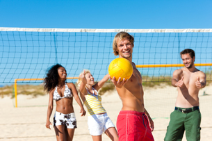 friends playing beach volleyballの素材 [FYI00845151]