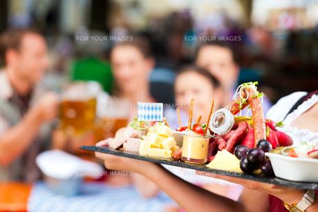 in beer garden - a good snackの写真素材 [FYI00845153]
