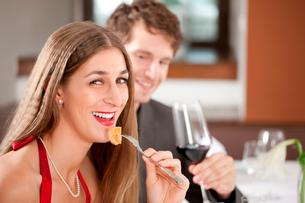 dinner or lunch in restaurantの写真素材 [FYI00845168]