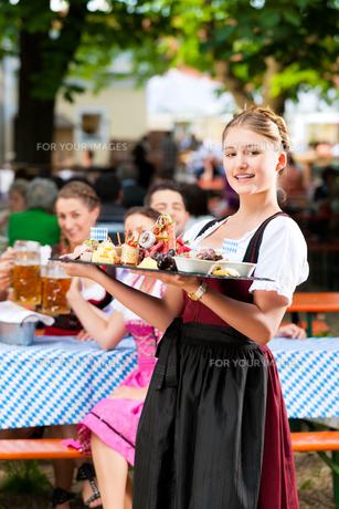 in beer garden - a good snackの写真素材 [FYI00845182]