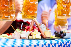 in beer garden - a good snackの写真素材 [FYI00845249]