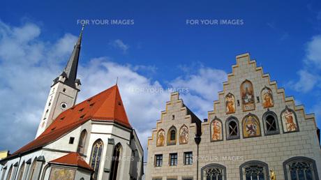 marienplatz in wasserburg am inn,bavaria,with frauenkirche and rathausの素材 [FYI00845421]