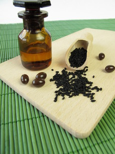 black cumin and black cumin oil capsulesの写真素材 [FYI00845549]