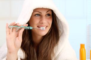 woman brushing her teethの写真素材 [FYI00845616]